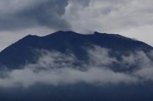 هل شاهدت بركاناً من قبل؟.. بالفيديو: رجلٌ خاطرَ بحياته حتى ...