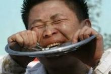 رجل يأكل الحديد، امرأة تهوى أكل الطين، قدرات خارقة أم ...
