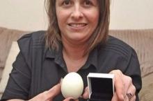 """قصة غريبة لبريطانية عثرت على """"ماسة"""" داخل بيضة"""