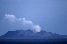 """بركان نيوزلندا قتل 17 شخصا.. وبحث """"بلا فائدة"""" عن جثتين"""