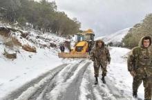 الجيش الجزائري يتدخل لإنقاذ عالقين في الثلوج