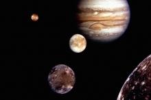 لماذا يمتلك كوكب المشتري 79 قمرًا بينما كوكب الأرض يمتلك ...