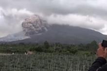 إندونيسيا ترفع تحذيرات الطيران إلى الدرجة القصوى بسبب بركان سينابونغ!