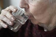 العلم يجيب.. كيف يضر شرب الماء وقوفا؟