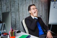 ما سر الشعور المفاجئ بالنشاط قبل النوم رغم التعب نهارًا؟