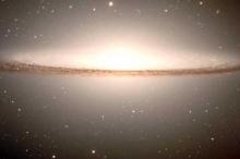 """أضخم ثقب أسود بالكون يلتهم """"شمسا"""" كل يومين"""