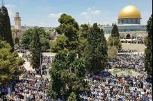 رغم القيود ..عشرات الآلاف صلوا الجمعة اليتيمة في المسجد الأقصى ...