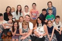 """أنجبا 19 طفلا وينتظران """"آخر العنقود"""".. كيف تعيش هذه الأسرة؟"""