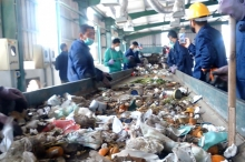 """غزة المُحاصَرة.. .مصنع """"تدوير النفايات"""" يُطلِق الصافرة"""