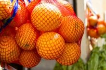 لماذا يباع البرتقال في أكياس شبكية حمراء اللون دون غيرها؟