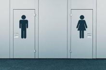 كيف بدأ استخدام ملصقات الرجال والنساء في دورات المياه ؟
