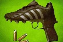 حكم يشهر مسدساً في وجه اللاعبين أثناء مباراة بالسودان