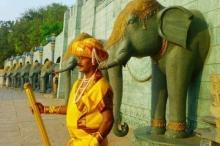 هندي يعمل كـ تمثال منذ أكثر من 30 عامًا!