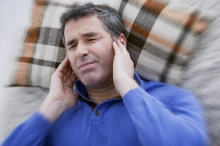 لماذا نُصاب بطنين الأذن؟