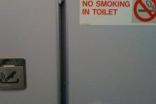 لماذا تحتوي الطائرات على منافض سجائر؟