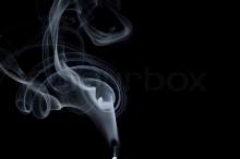 لماذا يخرج دخان من الشموع بعد إطفائها فقط؟