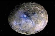 """صور مذهلة لكوكب قزم """"لا يشبه أي شيء رآه الإنسان ..."""