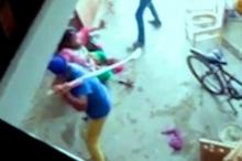 بالفيديو ...هندي يضرب زوجة أخيه بسبب إنجابها أنثى بدل الذكر ...