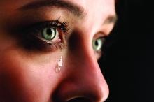 الدموع تكشف الإصابة بمرض عصبي خطير