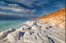 ما سبب ملوحة البحر الميت الزائدة عن باقي المسطحات المائية ...