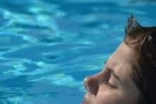 ليس للكلور رائحة! تلك التي تعودناها في حمامات السباحة هي ...