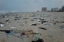 عدا المياه العادمة...المخلفات البلاستيكية تغرق شواطئ قطاع غزة وتهدد البيئة ...