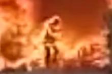 بالفيديو.. صيني يضحي بحياته وسط النار لينقذ هاتفه الجوال