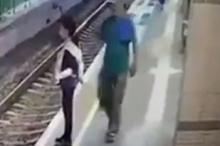 بالفيديو...رجل يدفع فتاة على قضبان قطار بدم بارد وبنذالة مطلقة