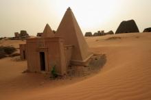 هنا وليس في مصر.. شاهد أكبر تجمُّع للأهرام في العالم