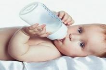 كيفة تحديد كمية الحليب التي يحتاجها الطفل الرضيع
