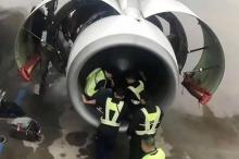 مسنة ترمي نقوداً في محرك طائرة لجلب الحظ فتأخر إقلاعها