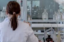 جشع التجار أم تكلفة البحث.. لماذا يرتفع سعر الدواء؟