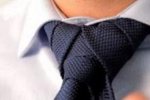 """لماذا وصفت ربطة العنق بـ""""الخطأ التاريخي""""؟"""