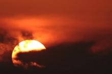 لماذا تظهر الشمس برتقالية اللون؟