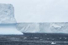 حجمه أكبر من الضفة الغربية ووزنه تريليون طن.. جبل جليدي ...