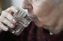 العلم يجيب.. ماذا يفعل بنا شرب الماء وقوفا؟