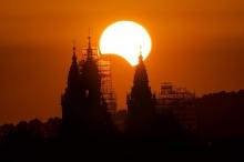 إذا كانت الشمس تشرق من جهة الشرق فلماذا يبدأ الكسوف ...