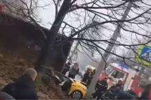 شاحنة تسحق سيارة وتقتل من فيها! (فيديو)