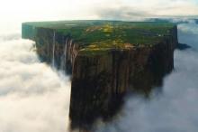 جزيرة بين السحاب: تعرف على جبل رورايما الضائع، حيث يدعي ...