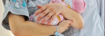 مشفى يحتجز مولودا ويبتز الأهل بمبلغ هائل!