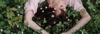 ماذا يعني النوم مع رفع الذراعين للأعلى؟
