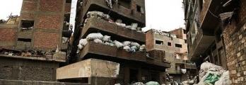 """هل سمعت يوماً بمدينة القمامة"""" في القاهرة، أحد أغرب الأحياء السكنية في ..."""