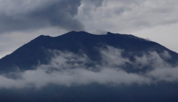 هل شاهدت بركاناً من قبل؟.. بالفيديو: رجلٌ خاطرَ بحياته حتى يلتقطَ لك ه ...