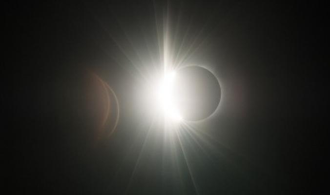 """أنقذ """"كولومبوس"""" في رحلته الأخيرة وقد يتسبب بالزلازل.. حقائق مدهشة عن خسوف القمر"""