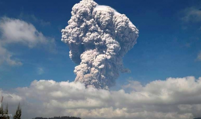 """بركان سومطرة """"يهدد"""" حركة الطيران"""