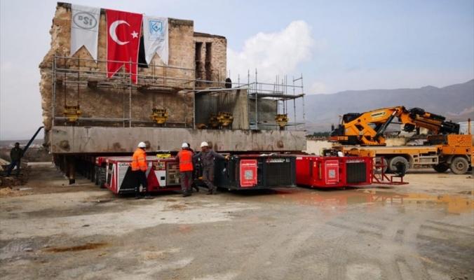 الأتراك ينقلون مسجداً أثرياً عمره 610 أعوام خوفاً عليه من أعمال بناء سد