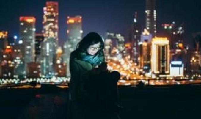 هل تؤثر شاشات الهواتف والمصابيح الموفرة للطاقة على صحتنا؟