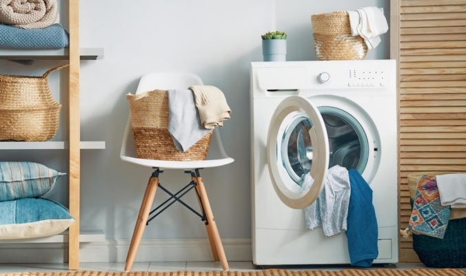 هل يمكن غسل الملابس بماء بارد؟ وما الذي يضمن نظافتها؟