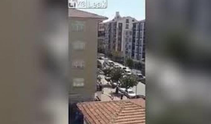 بالفيديو... شاب تركي يسقط من أعلى البناية أثناء نومه على سطحها