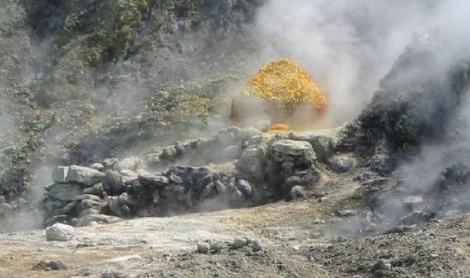 مأساة.. فوهة بركان تبتلع عائلة إيطالية قرب نابولي